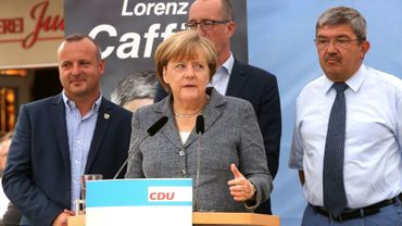 La chancelière allemande Angela Merkel à côté du ministre de l'Intérieur de Mecklembourg-Poméranie occidentale Lorenz Caffier (droite) et le candidat de la CDU Christian Democratic, lors d'un meeting de campagne à Bad Doberan (est), le 3 septembre 2016