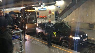 Bruxelles: une Range Rover sur les rails du tram