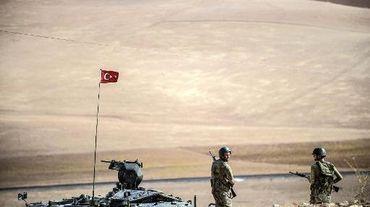 Des soldats turcs sur une colline face à une position de combattants de l'EI,  près de la frontière syrienne, dans la province de Sanliurfa, le 2 octobre 2014