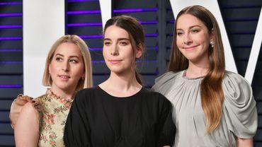 Le groupe américain Haim : Este Haim (D), Danielle Haim (C) et Alana Haim (G) à la fête Vanity Fair post-Oscars à Beverly Hills le 24 février 2019.