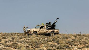 Photographie réalisée le 26 juillet 2017 lors d'une visite de presse guidée par le Hezbollah libanais, montrant des membres du groupe armé, dans une région montagneuse près de la ville d'Aarsal, à la frontière syrienne