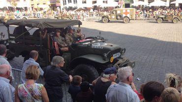 Des véhicules de la seconde guerre, camions, voitures et blindés, ont défilé devant un public familial sur la Grand-Place de Mons