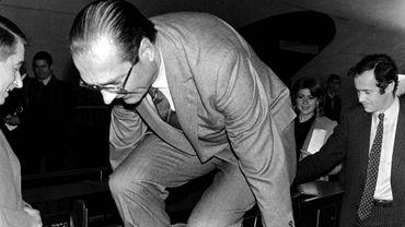 Quand internet détourne la photo du saut de portique de métro de Jacques Chirac