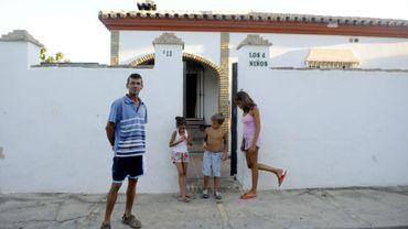 Le chômage frappe l'Andalousie de plein fouet. Un propriétaire devant la maison dont il sera peut-être expulsé.