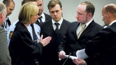 La procureure Inga Bejer Engh (G) s'adresse à Anders Behring Breivik, le 17 avril 2012 au tribunal d'Oslo, en Norvège