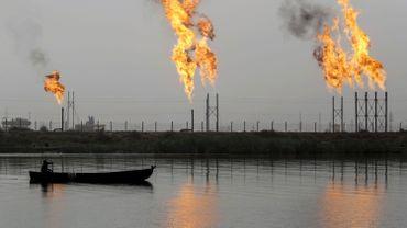 Les cours du pétrole divergent, tournés vers l'Opep et les stocks américains