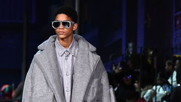 Un mannequin présente une création Louis Vuitton lors de la semaine de la mode masculine Automne-Hiver 2018-2019 à Paris, le 17 janvier 2019.