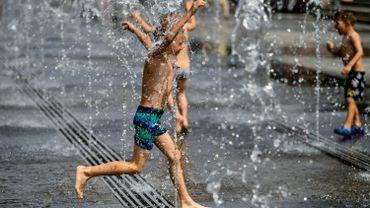 Avec les fortes chaleurs, les sols chauds deviennent un danger pour les pieds des enfants