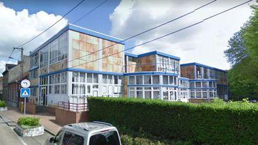 L'ancien bâtiment de l'école, jugé instable, est en cours de démolition