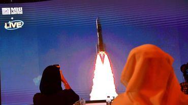 Ecran montrant le lancement de la sonde émiratie Al-Amal en route pour Mars depuis le Japon, le 19 juillet 2020 au Centre spatial Mohammed bin Rashid (MBRSC) de Dubaï