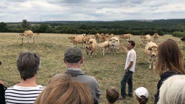 Thibaut Goret présente ses vaches aux nombreuses personnes qui ont participé à l'opération de crowdfunding.