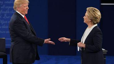 La démocrate Hillary Clinton et le républicain Donald Trump se serrent la main à l'issue du second débat à St. Louis, dans le Missouri, le 9 octobre 2016