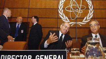 Le directeur général de l'AIEA  Mohamed ElBaradei (centre) au siège de l'organisation à Vienne, le 20 novembre 2003