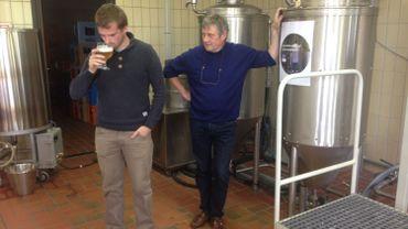 Olivier Guerry (Institut supérieur industriel et agronomique de Huy) et François Tonglet (Brasserie Caracole) affinent la recette d'une bière sans gluten