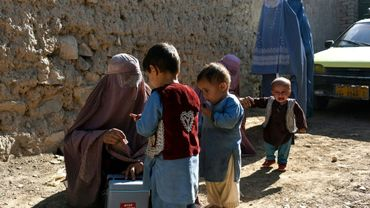 Des enfants reçoivent des doses de vaccins contre la poliomyélite en Afghanistan le 20 mars 2019