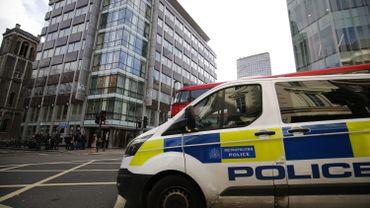Un fourgon de police devant le siège de Cambridge Analytica