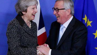 Theresa May et le président de la Commission européenne, Jean-Claude Juncker, à Bruxelles le 11 décembre 2018, avant une réunion pour renégocier les termes du Brexit