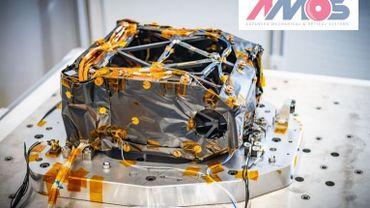 """Le """"back telescop assembly"""" d'Amos, partie essentielle du sondeur infrarouge, pendant les essais de vibration"""