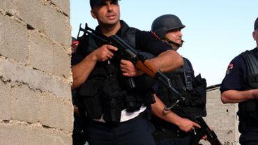 """La police albanaise a annoncé avoir arrêté samedi quatre personnes soupçonnées de financer le terrorisme, recruter des combattants pour l'EI et répandre de la """"propagande terroriste""""."""