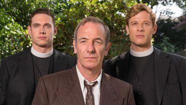 L'inspecteur Geordie Keating (Robson Green) entouré du révérend Sidney Chambers (James Norton, à droite) et du vicaire Will Davenport (Tom Brittney, à gauche)