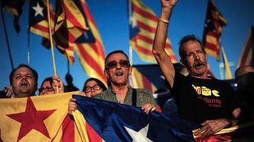 Des manifestants indépendantistes portent des drapeaux catalans, à Barcelone le 23 octobre 2013