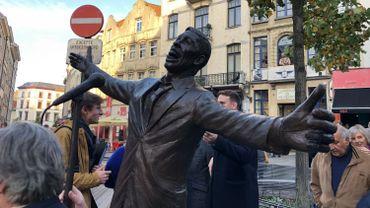 Inauguration d'une statue de Jacques Brel place de la Vieille Halle aux Blés à Bruxelles