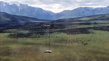 Le Magic bus a été déplacé de son coin de nature reculé en étant soulevé par un hélicoptère de l'armée