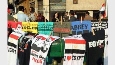 Des T-shirts faisant référence à la révolution égyptienne sont en vente sur la place Tarhir, au Caire, le 27 mars 2011