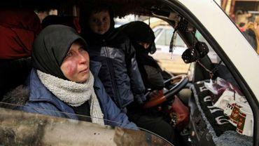 Une femme en pleurs est assise à l'avant d'un camion qui traverse la ville de Hazano dans la province d'Idleb, dans le nord-ouest de la Syrie, le 27 janvier 2020.