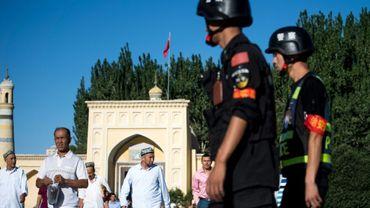 Des policiers chinois en patrouille devant la mosquée de Kachgar, le 26 juin 2017 dans la province du Xinjiang