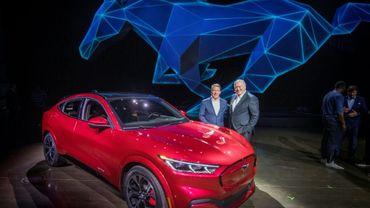 Le PDG de Ford James Hackett (droite) présente la Mustang Mach-E, sa première Mustang électrique, à Hawthorne, Californie, le 17 novembre 2019