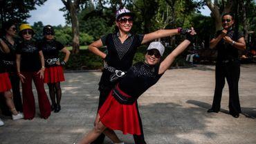 Dans un parc de Shanghai, casquette blanche scintillante et lunettes de soleil XXL, Zhang Yongli danse un jerk endiablé avec une dizaine de voisines, pour la plupart jeunes retraitées comme elle.