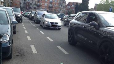 Des voitures en double file qui bloquent la circulation.