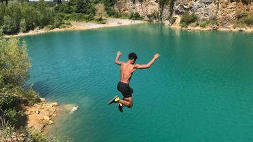 """Une eau turquoise, une grande étendue, des falaises de chaque côté... le coin est """"paradisiaque"""" à Montigny-le-Tilleul. Les jeunes n'y résistent d'ailleurs pas, malgré l'interdiction de s'y baigner."""