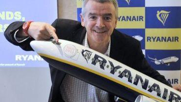 Le PDG de Ryanair Michael O'Leary pose avec une maquette d'un avion aux couleurs de sa compagnie et décoré du logo de Marseille capitale culturelle , le 16 janvier 2013 à l'aéroport de Marseille-Provence