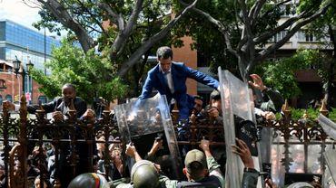 L'opposant vénézuelien Juan Guaido tente d'escalader une grille pour entrer dans le parlement et se faire réélire président de l'assemblée, le 5 janvier 2019