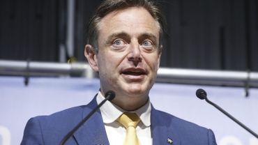 """Bart De Wever: """"Même quelqu'un de 14 ans aurait vu que les e-mails sur les F-16 étaient faux"""""""