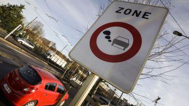 Panneau routier bruxellois indiquant l'entrée dans une zone de basses émissions.
