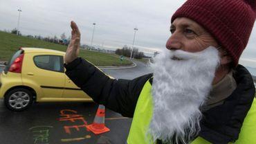"""Un """"gilet jaune"""" à un rond-point à Saint-Beauzire (centre), salue les automobilistes, le 15 décembre 2018"""