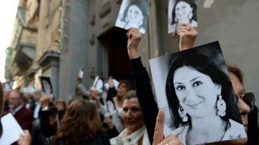 Des gens quittent une église à Malte le 16 avril 2018 après une messe à la mémoire de la journaliste assassinée Daphne Caruana Galizia.