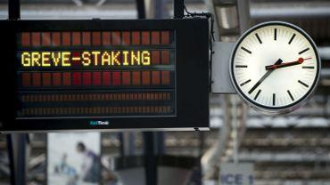 Un panneau d'affichage dans une gare belge.