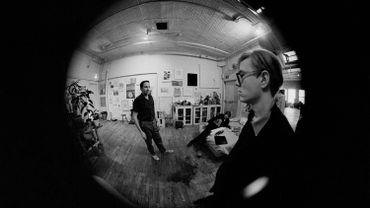 Andy Warhol et l'artiste Robert Rauschenberg dans le studio de Rauchenberg, New York, hiver 1964-65