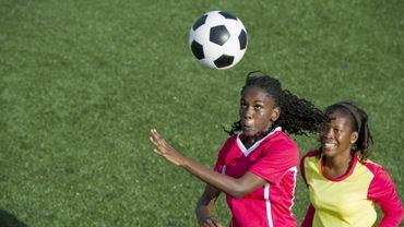 Faire des têtes au football serait plus risqué pour les femmes (étude)