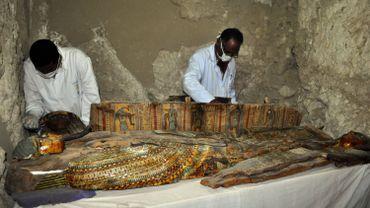 Des archéologues travaillent sur un sarcophage découvert dans la nécropole Draa Abul Nagaa à côté de la ville de Louxor, en Egypte, le 18 avril 2017