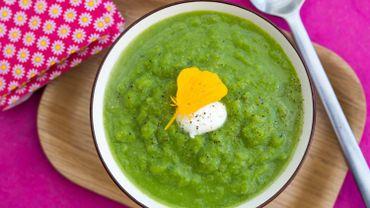 Soupe glacée d'asperges vertes au fromage frais.