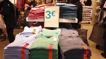 """Primark revendique une offre de vêtements et accessoires """"à la mode"""" et à prix cassés."""