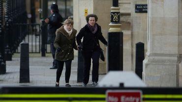 Des anglais évacués du Parlement après une attaque terroriste qui a causé la mort d'au moins trois personnes à Londres, le 22 mars 2017