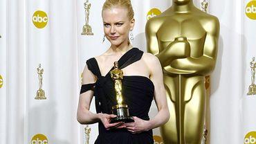 """La sculpturale actrice a jeté son dévolu sur une robe Jean Paul Gaultier, sobre et élégante, pour recevoir l'Oscar de la meilleure actrice également pour son rôle dans """"The Hours"""" en 2003."""