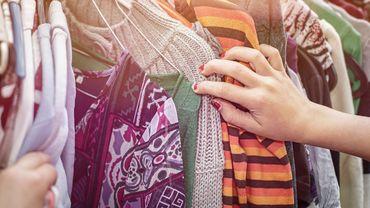Pour s'accoutrer tout en disant stop au gaspillage vestimentaire, on peut opter pour les solutions classiques : grand tour des fripes, troc en ligne... Mais pourquoi pas pousser plus loin en se familiarisant avec le concept de penderie partagée ?