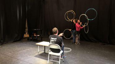 """Les jongleuses de """"La bête à plumes"""" ont trouvé refuge en Brabant wallon, leur salle de répétition ayant dû fermer à Bruxelles"""